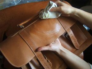 2f5e6cebb957 Машинная химчистка не может быть применена в отношении сумок из натуральной  кожи или замши, сделанных на жестком каркасе. Это невозможно, поскольку  есть ...